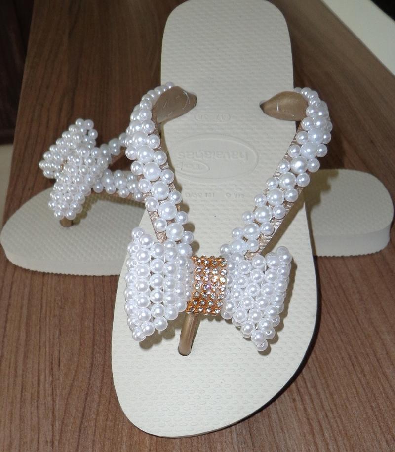 chinelo customizado com perolas e laço