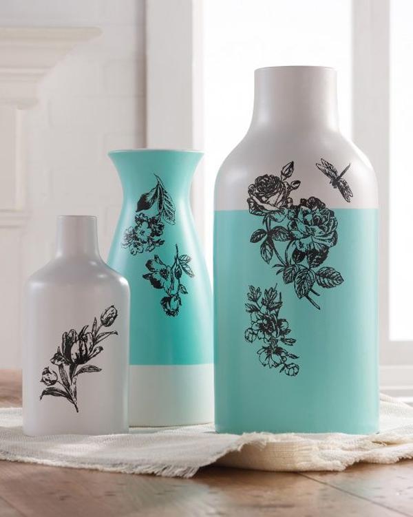 garrafa de vidro com pintura e carimbo