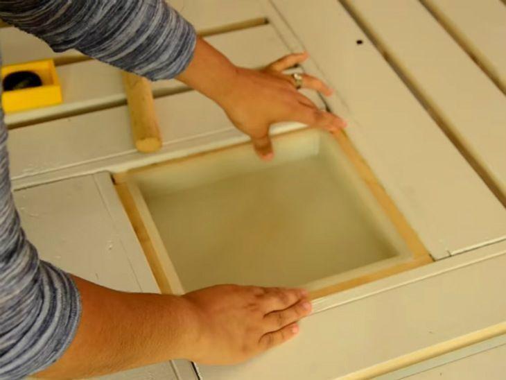 mesa de caixa de madeira com vidro