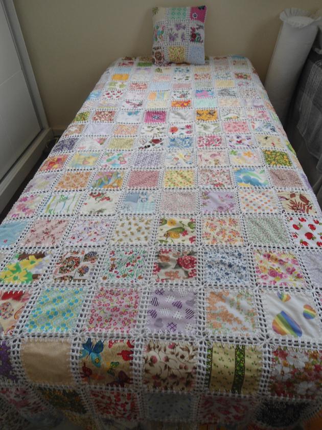 croche e retalhos de tecido na colcha