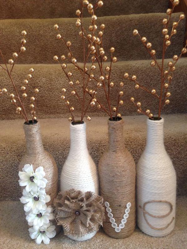 garrafa de vidro com sisal e flores