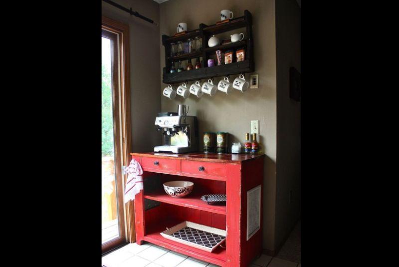 prateleira de madeira para xícaras