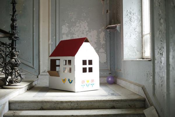 casa de papelão com flor