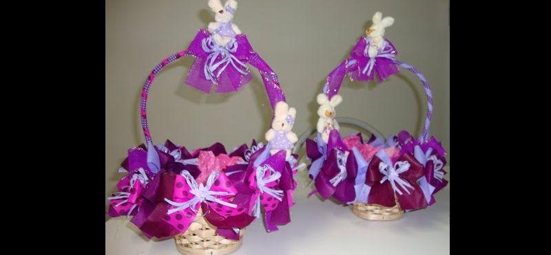 cesta decorada com laços e coelhos