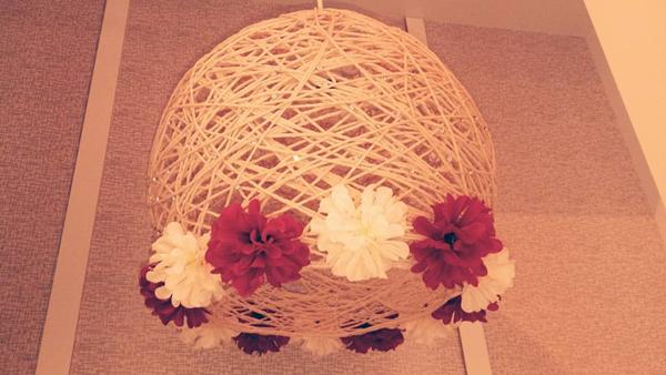 lustre de barbante com flores