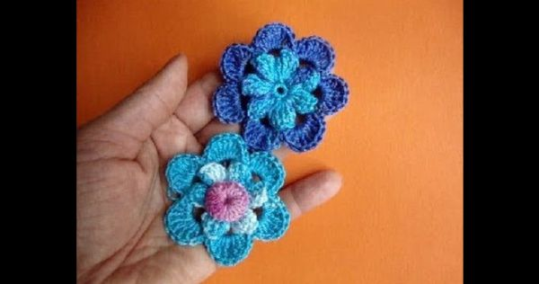 flor de croche azul