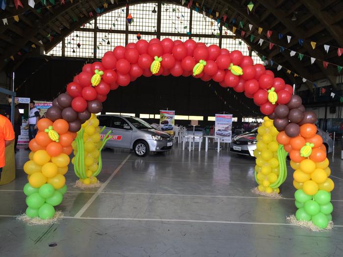 arco de balões com milho
