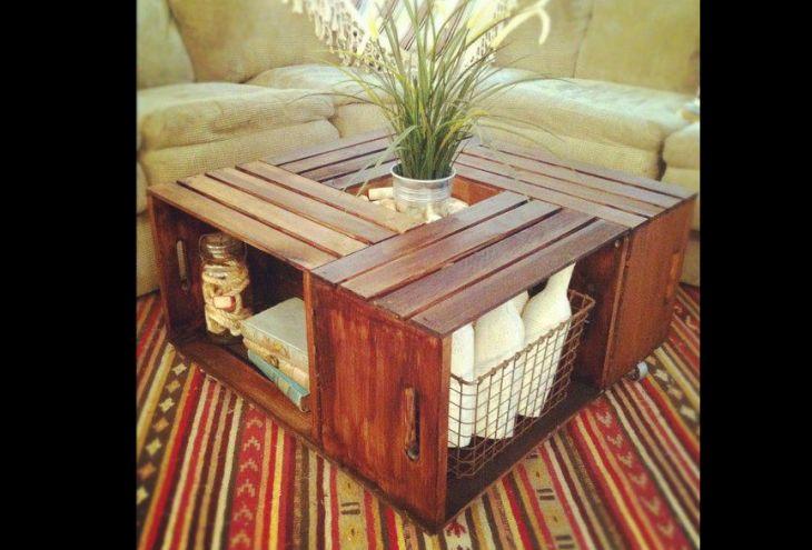 mesa de caixa de madeira com verniz
