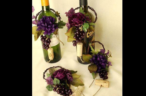 garrafa de vidro com cacho de uvas artificial