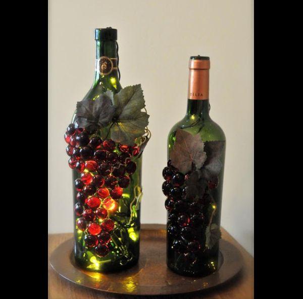 garrafa de vidro com uva e pisca-pisca