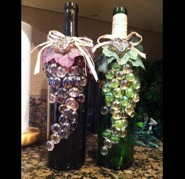garrafa de vidro com cacho de uvas de bolinha de gude