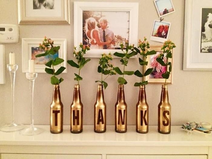 enfeite de mesa com garrafa dourada