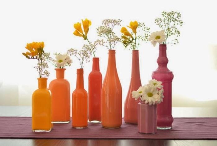 enfeite de mesa com garrafa e flor