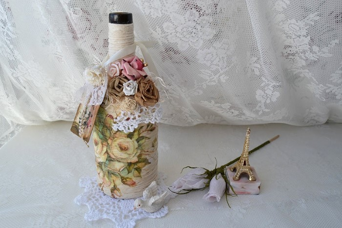 enfeite de mesa com garrafa e renda