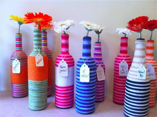 garrafa de vidro com linhas coloridas