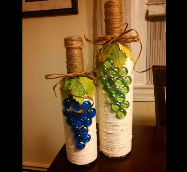 garrafa de vidro com linha e uvas