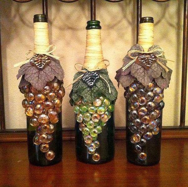 garrafa de vidro com uvas e barbante