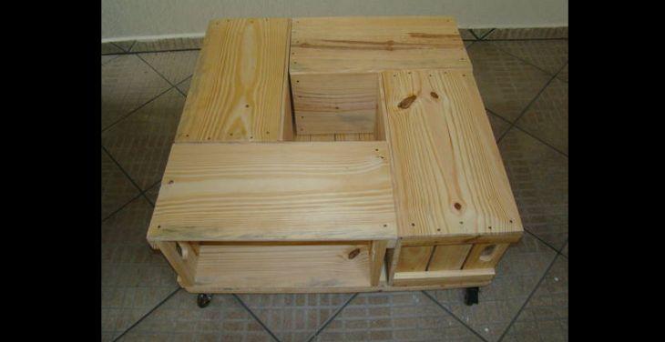 mesa de caixa de madeira cru