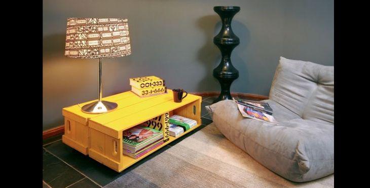 mesa de caixa de madeira colorida