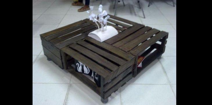 mesa de caixa de madeira escura