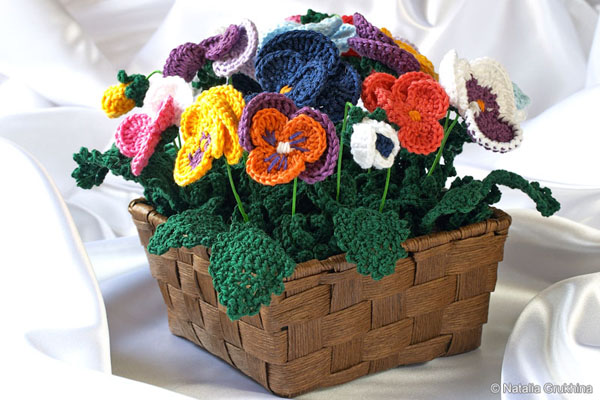 centro de mesa com flor de croche