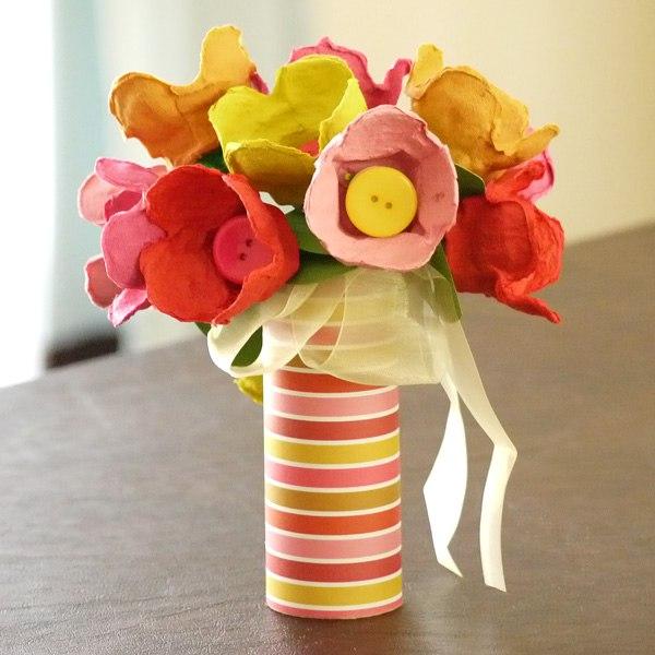 vaso com flores com caixa de ovos