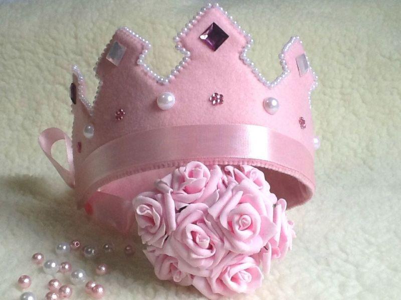 coroa em feltro rosa