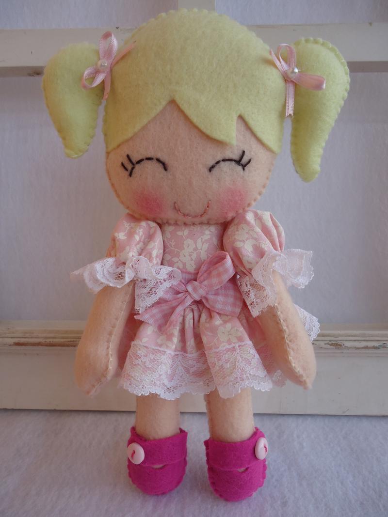boneca em feltro loira