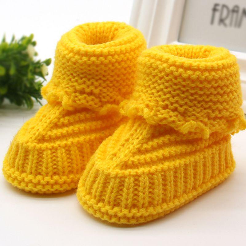 sapatinho em tricô amarelo