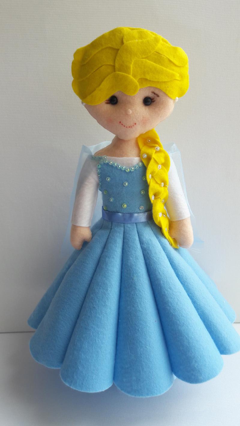 boneca em feltro Elza Frozen