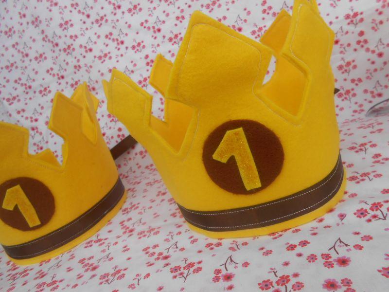 coroa em feltro amarela