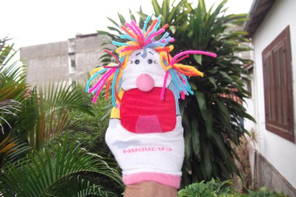 fantoche feito com meia com cabelo colorido