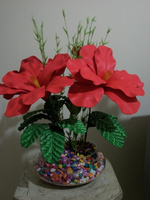 vaso com flores feitas de EVA