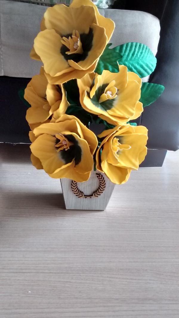 flores feitas de EVA no vaso
