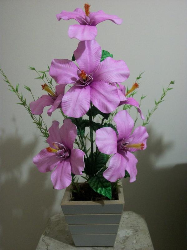 flores feitas de EVA no jarro