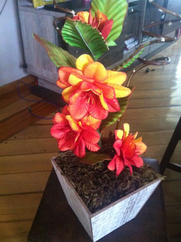 flores feitas de EVA no arranjo
