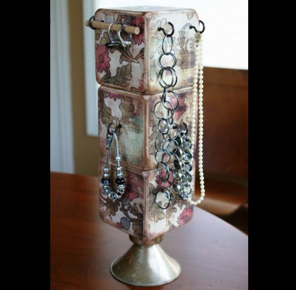 porta joias com cubos de madeira