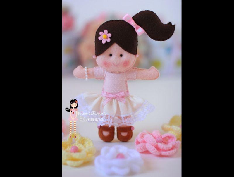 boneca em feltro com rabinho lateral