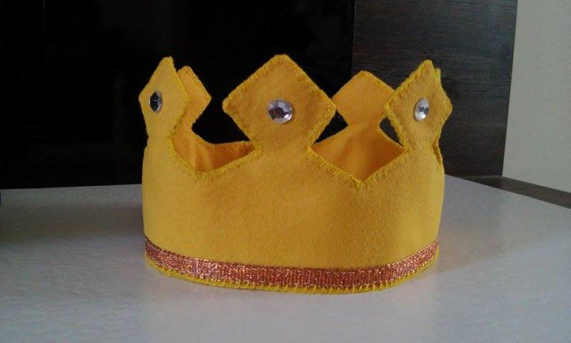 coroa em feltro aniversário