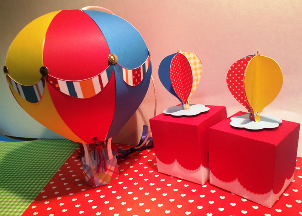 mesa com balão com papel