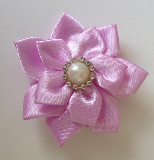 flor de fita de cetim lilás