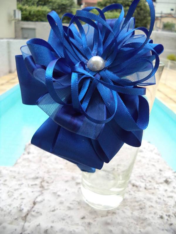 flor de fita de cetim azul escuro