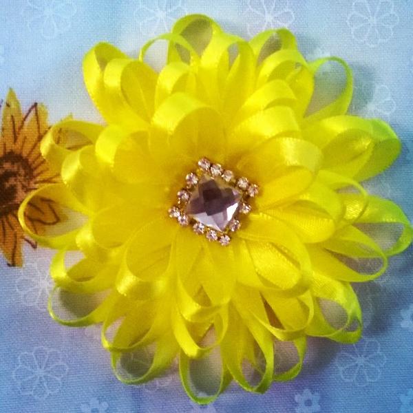 flor de fita de cetim amarela