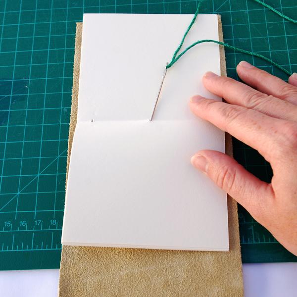 encadernação manual com capa de couro