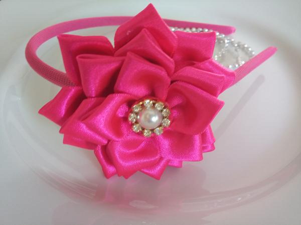 flor de fita de cetim na tiara