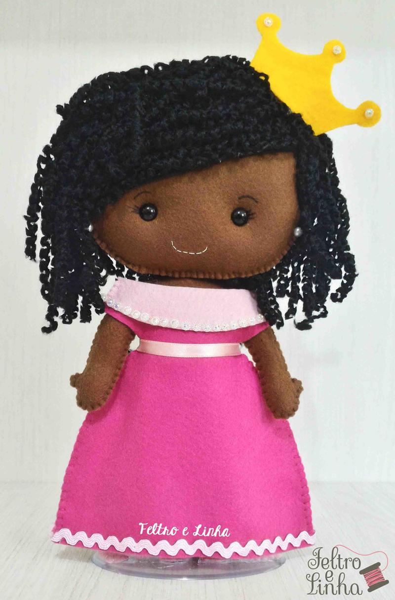 boneca negra em feltro