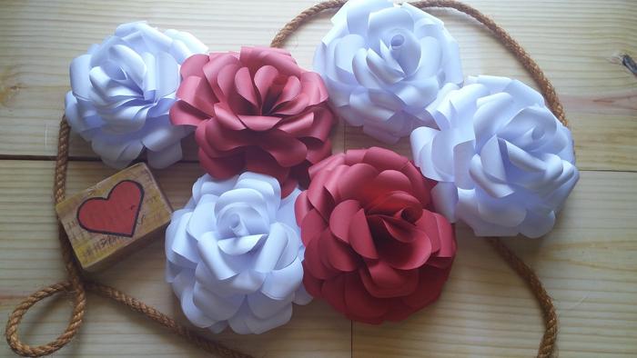 enfeite de rosas de papel