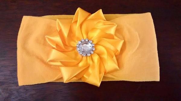 flor de fita de cetim na faixa