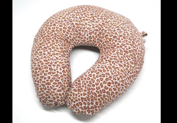 almofada artesanal de pescoço onça