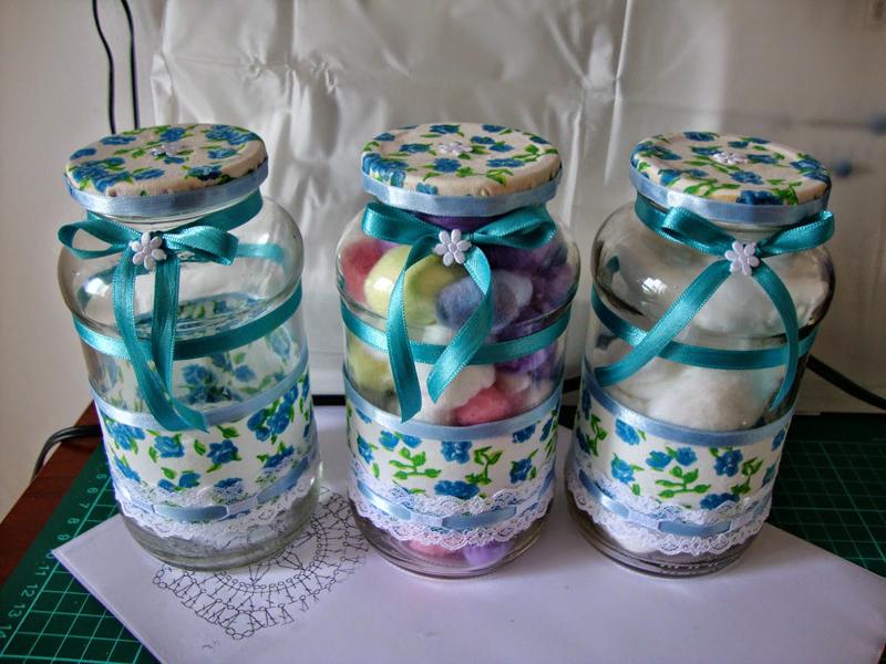 pote de vidro decorado com tecido azul